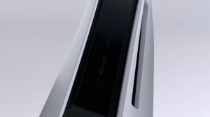 Bagian atas unit PS5 tampaknya termasuk ventilasi untuk pembuangan panas, dengan beberapa port  ditempatkan di bagian depan.