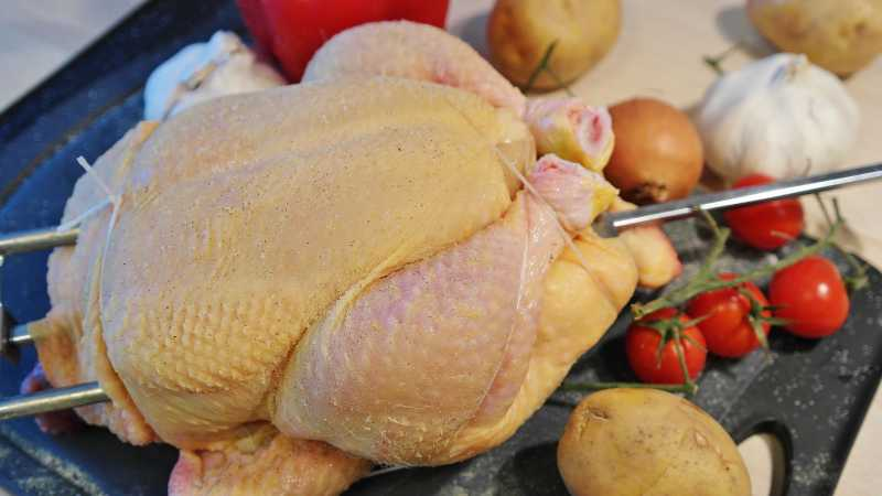 Mengapa Tidak Boleh Mencuci Ayam Mentah Sebelum Memasaknya?