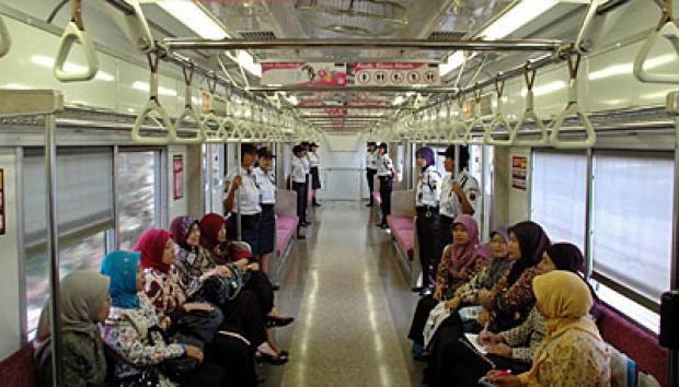 5 Tipe Orang Menyebalkan di Antrean Loket Tiket KRL