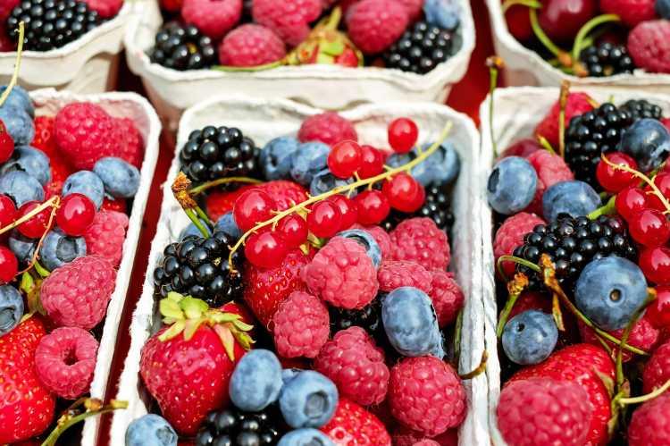 Tips Mudah Bersihkan Pestisida Buah dan Sayur