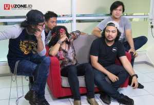 Candil dan grup band barunya In the Rockalisasi / © Ari Setiyawan