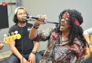 Candil In The Rockalisasi tampil akustik di Hangout Bareng Uzone / © Dedy Maryanto
