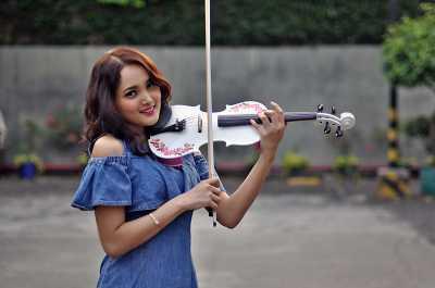 Mengenal Tara Adia, Violinist yang Pandai Bernyanyi