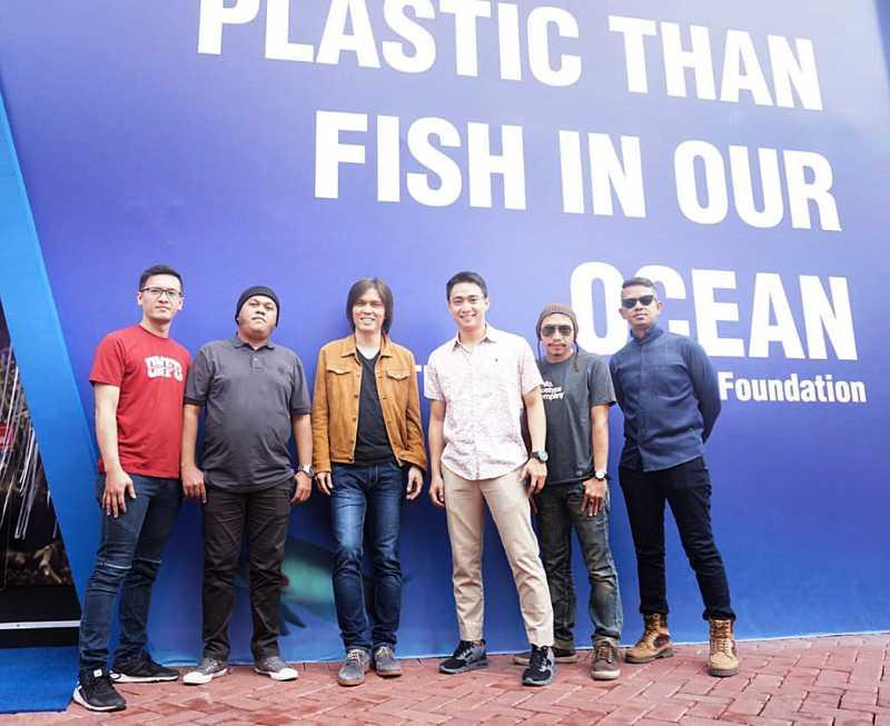 Aksi The Jawara Bersih-bersih Sampah di Lautan