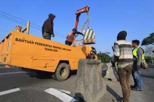 Pekerja menyelesaikan penambalan jalur pantura di Arjawinangun, Cirebon, Jawa Barat, Sabtu (10/6). Perbaikan jalur pantura tersebut ditargetkan selesai sebelum H-10 lebaran tahun ini.  / © ANTARA FOTO/Dedhez Anggara