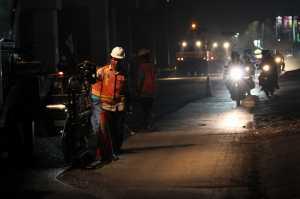 Sejumlah petugas memasang pembatas jalan di jalur pantura Widasari, Indramayu, Jawa Barat, Sabtu (10/6). Pemasangan pembatas jalan tersebut untuk menghindari kecelakaan lalu lintas saat arus mudik serta memberikan kenyamanan bagi para pemudik. / ©  ANTARA FOTO/Dedhez Anggara