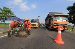 Petugas menata rambu lalu lintas di Polres Tegal, Jawa Tengah, Senin (12/6). Satlantas Polres Tegal menyiapkan rambu lalu lintas seperti bambu cone, stik cone, barikade besi dan pembatas jalan (separator) untuk dipasang sepanjang jalur Pantura guna memberikan kenyamanan dan keamanan pemudik.  / © ANTARA FOTO/Oky Lukmansyah