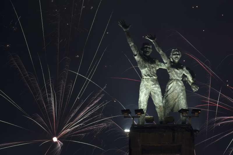 FOTO:  Kembang Api di Perayaan Tahun di Seluruh Indonesia