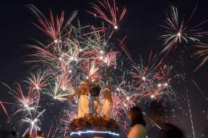 https://cdn2.uzone.id//assets/uploads/Uzone/News/antarafoto-pesta-kembang-api-di-denpasar-010118-wra-2.jpg