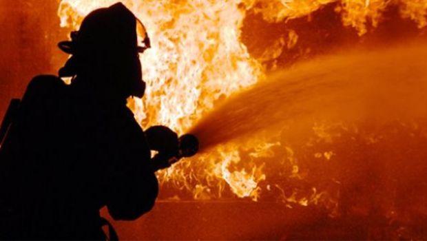 Warga Berlarian Selamatkan Diri Saat Kebakaran di Belakang Alexis
