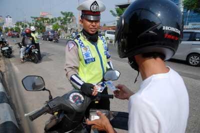 Oknum TNI Tak Pakai Helm Pukuli Polantas di Tengah Jalan