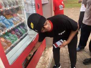 Faizal Rochmad Djoemandi, Direktur Digital Business Telkom turut uji coba pembayaran menggunakan QRen di salah satu vending machine di Monumen Nasional (Monas), Jakarta Pusat, Rabu (13/11). (Uzone.id/Birgitta Ajeng)