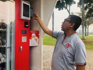 Digital Consumer Director PT. Metra-Net, Setyo Budianto uji coba pembayaran menggunakan QRen di salah satu vending machine di Monumen Nasional (Monas), Jakarta Pusat, Rabu (13/11). (Uzone.id/Birgitta Ajeng)