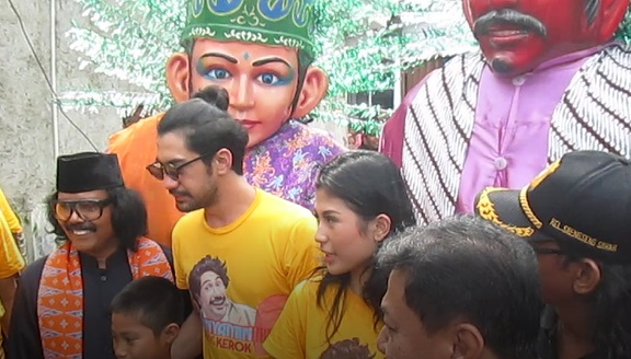 Bareng Ondel-ondel, Reza Rahadian Blusukan ke Kampung Betawi