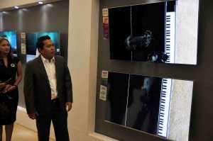 Senior Product Marketing Manager TV and Audio Visual PT Samsung Electronics Indonesia, Ubay Bayanudin saat memberikan perbandingan teknolog QLED TV dengan TV HD. / © Dedy Maryanto/UZone.id