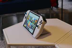 Bentuknya adalah tablet 8 inci FHD dengan tambahan gamepad ala Joy cons Nintendo Switch (Foto: Arstechnica)