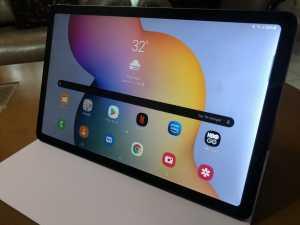 Meski tidak dilengkapi papan keyboard, bookcover ini cukup kokoh dan berbahan magnetik agar tablet dapat menempel dengan kuat.