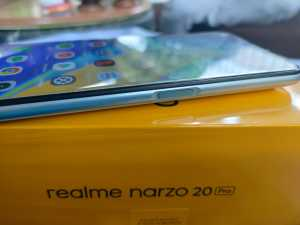 Realme menyematkan sensor sidik jari di sisi kanan di tombol power.