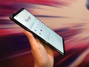 Dari segi desain, ROG Phone II terbebas dari notch. Kamera depannya ada di bezel atas, resolusinya 24MP.