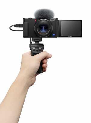 ZV-1 merupakan kamera compact pertama Sony dengan layar LCD Vari-angle bukaan samping, sehingga dapat meningkatkan kenyamanan pengguna dalam melakukan penyusunan foto dengan tampilan mobile phone-friendly saat menyambungkan aksesoris audio eksternal. (Foto: Dok. Sony)