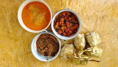 Ketupat dan makanan pendamping yang kerap disajikan saat Idul Fitri. (Foto: Uzone.id/Birgitta Ajeng)