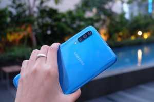 Nah, untuk Galaxy A50 juga ada varian warna biru terang seperti ini, namun berbeda dengan Galaxy A30. Selain perbedaan jenis warna biru, Galaxy A50 dibekali oleh tiga kamera utama, yaitu 25MP, 5MP, dan 8MP yang bisa super-wide angle dan Live Focus.