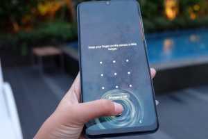 Prosesornya pun berbeda, Galaxy A50 ditenagai Exynos 9610 Octa-core dengan baterai 4.000 mAh, dan tak lupa fitur sidik jari yang dibenamkan di bawah layar.