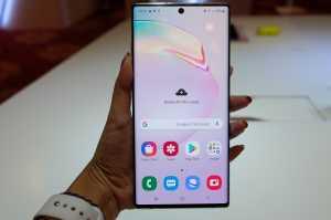 Karena layar duo Galaxy Note 10 full screen, maka ponsel ini memanfaatkan punch-hole camera di depan, resolusinya 10MP.