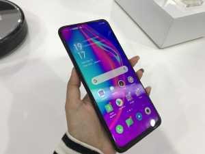 Demi mengusung layar penuh, Oppo menyingkirkan notch. Alhasil, ponsel ini ukuran layarnya 6,5 inci.