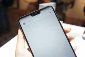 Selain kamera, bagian desain layar juga disoroti karena mirip dengan iPhone X yang sama-sama memiliki 'notch' pada bagian atas. (Hani Nur Fajrina/uzone.id)