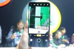 Sesuai nama ponselnya, Oppo Reno 10x Zoom mampu memperbesar objek gambar sampai 10 kali lipat (zooming).