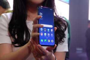Dari bagian depan, ponsel ini seperti ponsel Android pada umumnya, namun tak ada lagi notch!