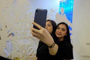Kamera selfie 8MP f/2.0 dapat menangkap cahaya cukup.