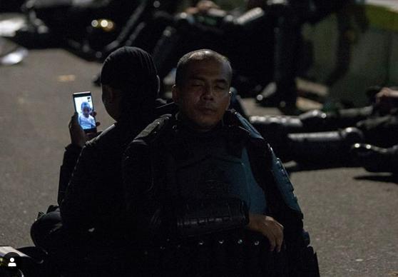 Kerusuhan 22 Mei: Istirahat Jaga Jakarta, Anggota Brimob  Lagi <i>Video Call</i> Ini Bikin Haru