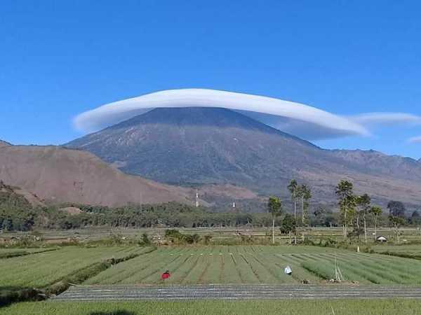 Lagi Viral, Awan di Gunung Rinjani Seperti Topi