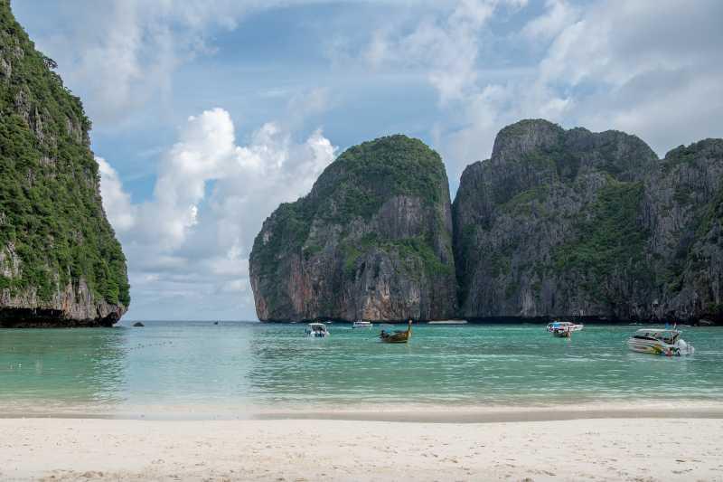"""Teluk Maya, Lokasi Syuting Film """"The Beach"""" Resmi Ditutup Hingga 2021"""