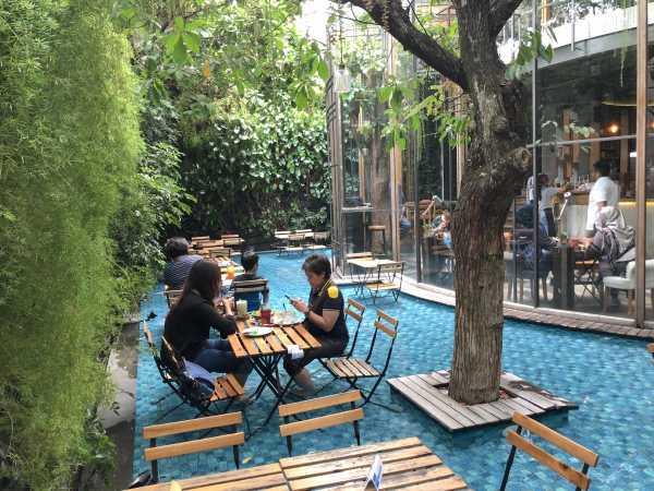 Adem, Makan Sambil Berendam Kaki di 'One Eighty Coffee and Music' Bandung