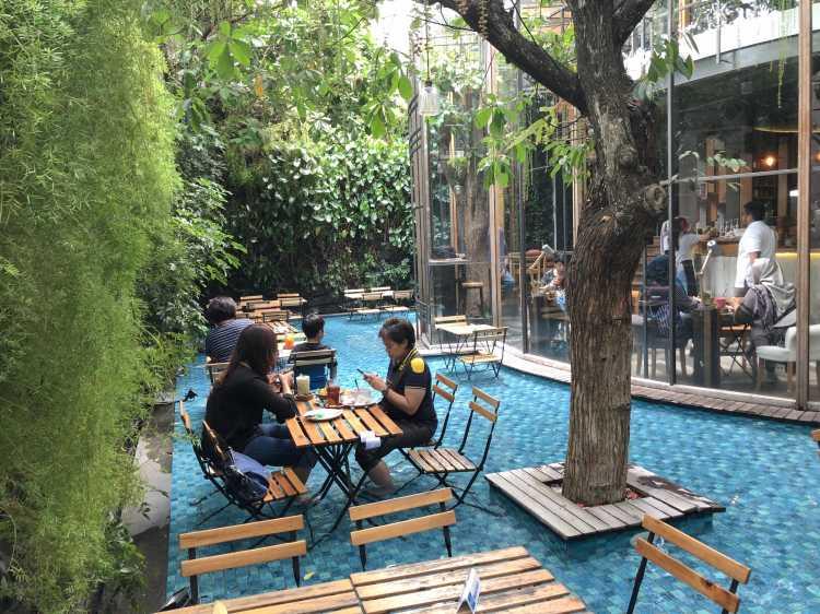 Adem Makan Sambil Berendam Kaki di One Eighty Coffee and Music Bandung