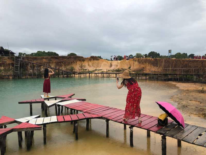 Melihat Keindahan Telaga Biru dan Gurun Pasir Busung di Bintan