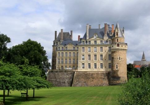 Cerita Kastil di Prancis yang Dihuni Hantu Bergaun Hijau