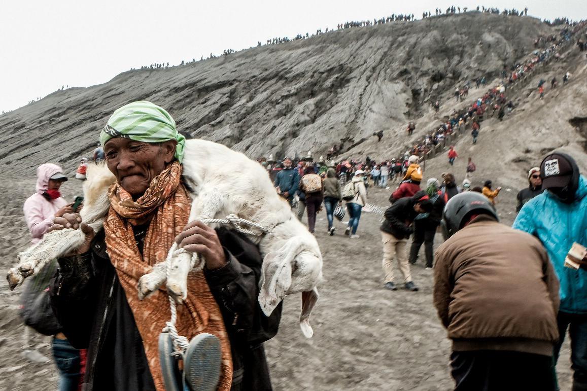 Mengenal Upacara Yadnya Kasada di Gunung Bromo