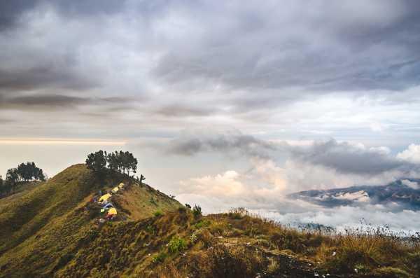 Sebelum Dibatalkan, Warganet <i>Gak</i> Setuju Pemisahan Tenda Cowok-Cewek di Gunung Rinjani