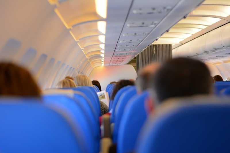 Kenapa Kamu Dilarang Lepas Sepatu di Pesawat?