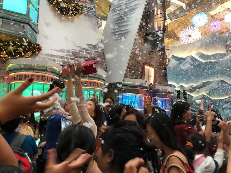 Wow, Hujan Salju Turun di Bandara Changi Singapura