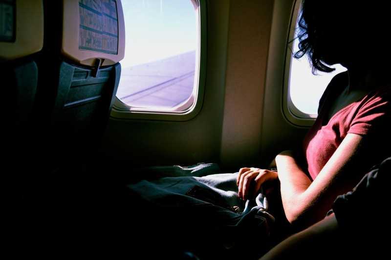 5 Cara Agar Kamu Bisa Tidur di Pesawat