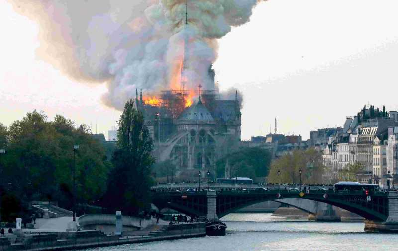 Kebakaran Landa Bangunan Bersejarah Gereja Notre Dame