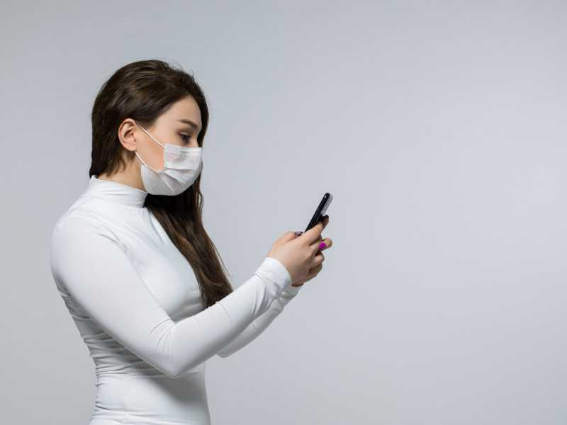5 Cara Aman Pakai Ponsel saat New Normal, Perlu Dibungkus Plastik?