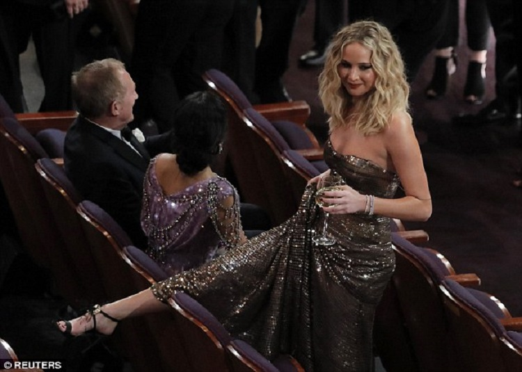 Angkat Gaun & Lompati Kursi, Gaya Konyol Jennifer Lawrence di Oscar