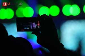 Penonton mengabadikan konser Megadeth dengan ponsel pintar / © Ari Setiyawan