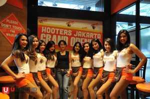 Hooters Girl bersama Sherry Suradji, General Manager HOOTERS Indonesia / © Ari Setiyawan